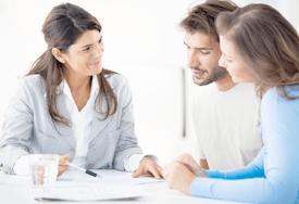 Клиенты обсуждают договор